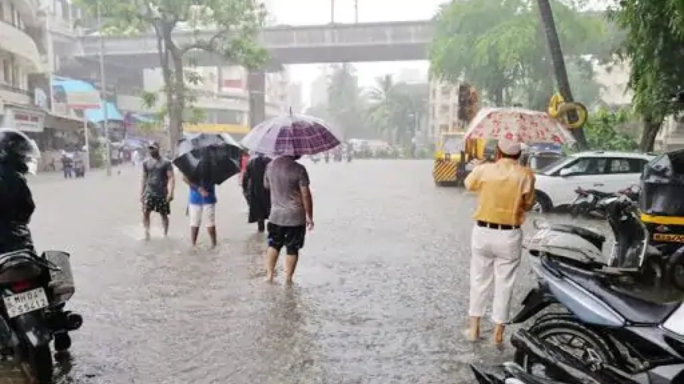Mumbai Rains: Traffic Jams and Water logged streets greet the morning commuters