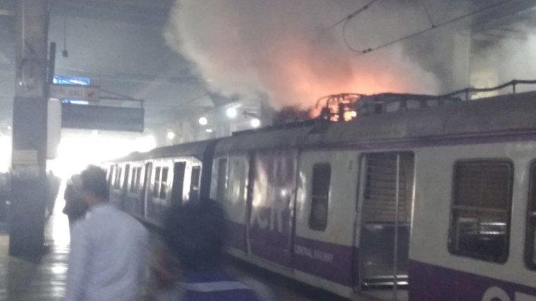 सीएसएमटी-पनवेल लोकलला आग, हार्बर रेल्वेची वाहतूक विस्कळीत