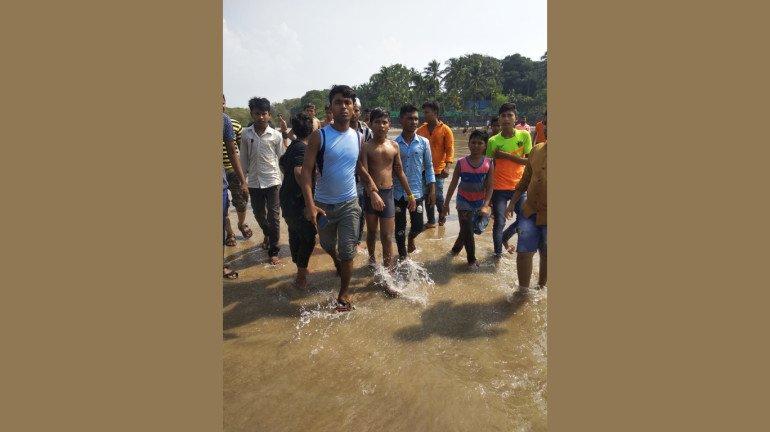 समुद्र में नहाते हुए तीन लड़के डूबे, 1 की मौत, 2 बचे