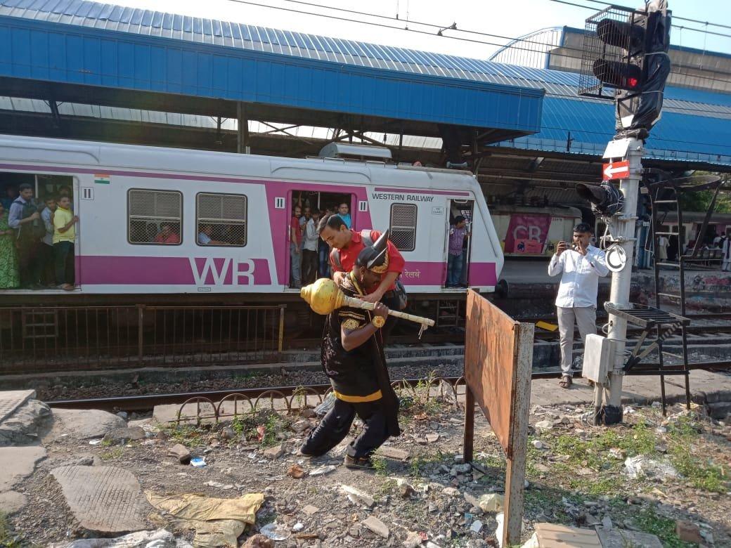 सावधान...रेल्वे ट्रॅक ओलांडल्यास तुम्हाला उचलेल यमराज