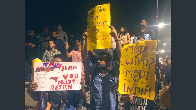 CAA और NRC के विरोध में देवनार में आंदोलन पर बैठी महिलाओं को पुलिस ने उठाया