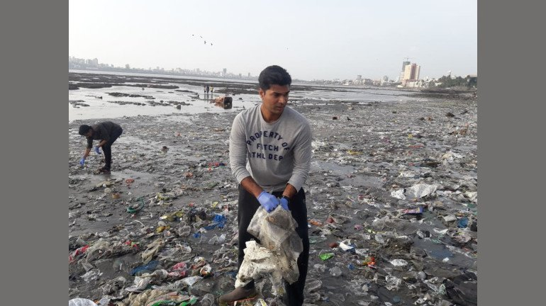 Dadar Beach Clean Up Completes 150 Weeks. Here's What The Beggeter Jay Shringarpure Has To Say