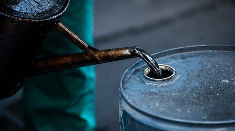 मागणी वाढण्याच्या चर्चेमुळे कच्च्या तेलाच्या दरात सुधारणा
