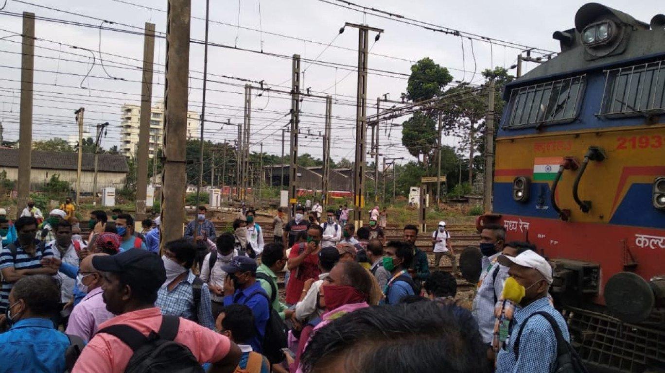 सामाजिक दूरी के नियमों का उल्लंघन, रेलवे कर्मचारियों द्वारा रेलवे रोको आंदोलन