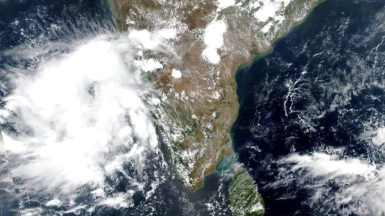 निसर्ग चक्रीवादळ मुंबईपासून अवघ्या १९० कि.मी. अंतरावर