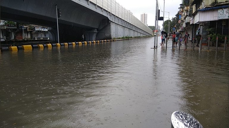 मुसळधार पावसामुळे मुंबईतील 'हे' रस्ते बंद