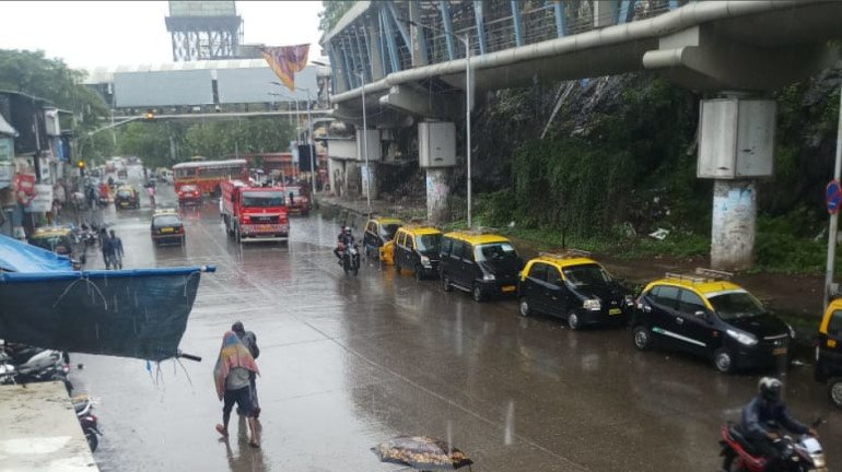 मुंबईत सकाळपासून मुसळधार पाऊस