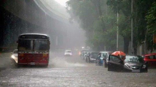 मुंबई में भारी बारिश की संभावना, आईएमडी ने दी चेतावनी   Mumbai Live
