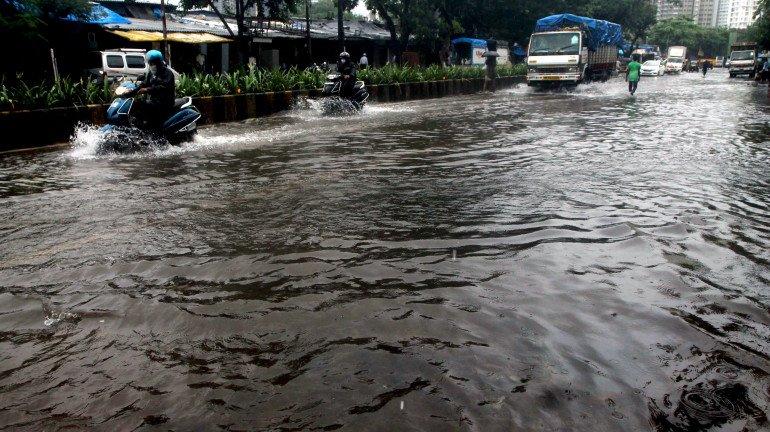 मुंबईत मुसळधार पाऊस, सखल भागांमध्ये पाणी साचण्यास सुरुवात
