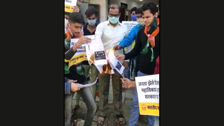 Scuffle breaks out in Mumbai, BJP leaders protest, burn ''inflated'' electricity bills