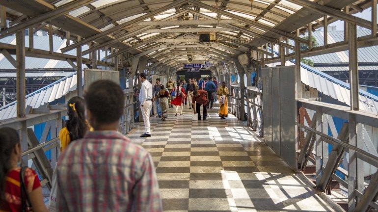 मध्य रेलवे ने उपनगरीय सेवाओं की संख्या 481 से बढ़ाकर 706 किया