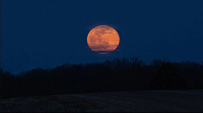 'या' दिवशी आकाशात दिसणार स्ट्रॉबेरी मून; कसं पडलं 'हे' नाव, जाणून घ्या