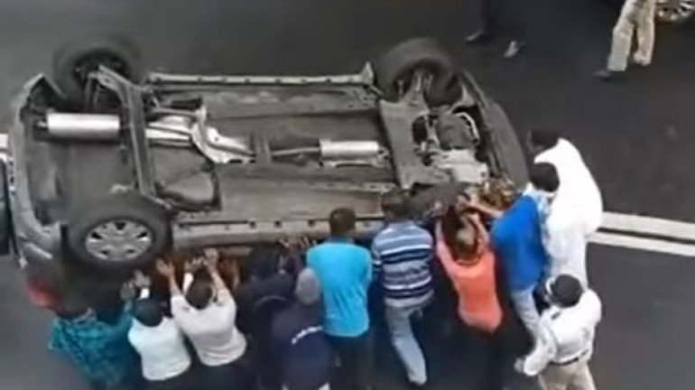 "Viral Video: ""Dum lagake haishaaa!"" Mumbaikars spirit put overturn car back onto its wheels"