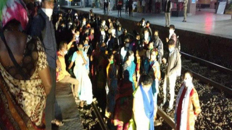 पालघर में रेल रोको आंदोलन, संशोधित समय को ही लागू करेगी पश्चिम रेलवे