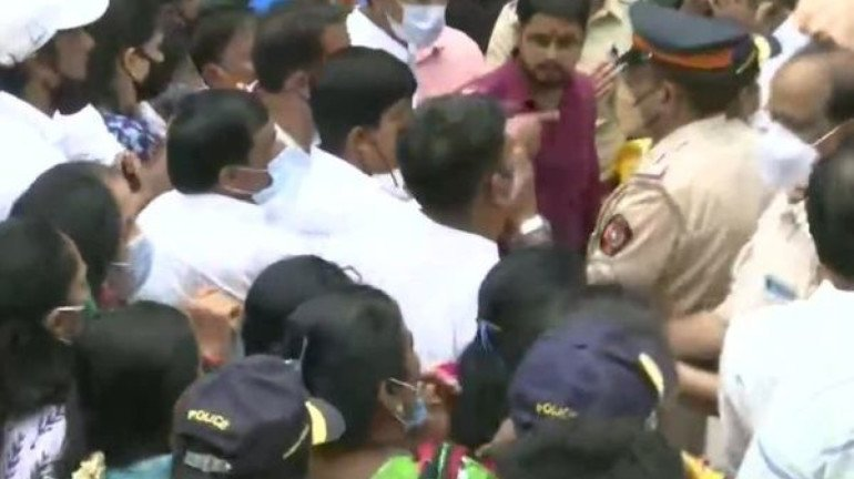 Scuffle breaks out between bjp and shiv sena workers near shiv sena bhavan