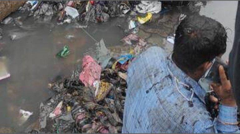 नाले की सफाई नहीं करने पर शिवसेना  विधायक ने ठेकेदार पर फेंका कूड़ा
