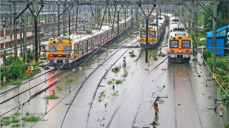 बारिश की वजह से मध्य रेलवे और सेंट्रल रेलवे सेवा हुई प्रभावित
