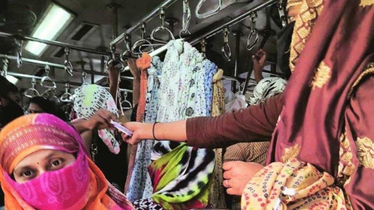 Mumbai Local: रेलवे ने फेरीवालों के खिलाफ लिया एक्शन, महिला कोच में बेचते थे सामान