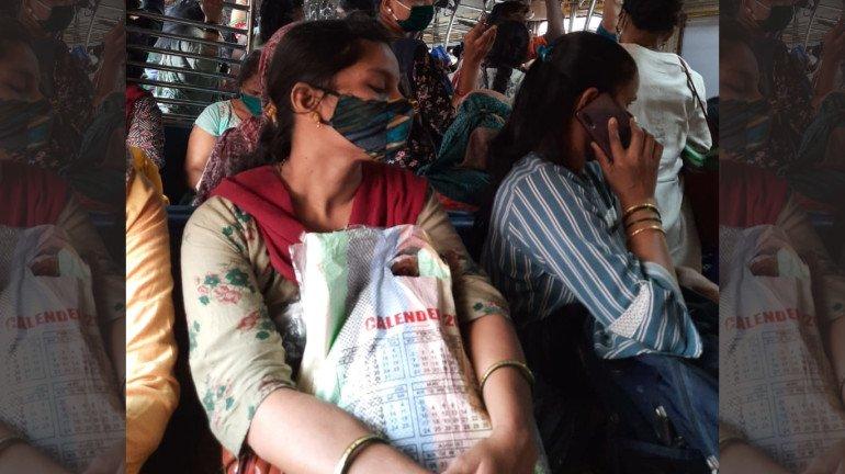 मुंबई लोकल ट्रेनमध्ये सोशल डिस्टन्सिंगचा फज्जा