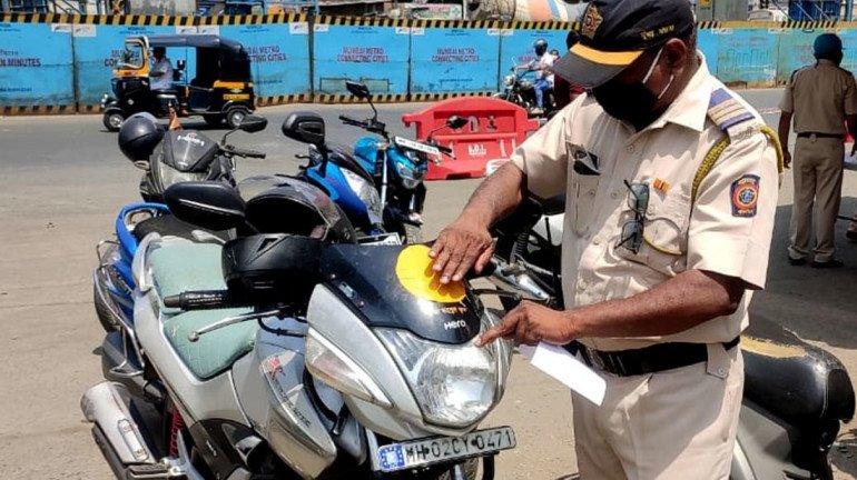 मुंबई पुलिस ने कलर कोड स्टिकर किया बंद
