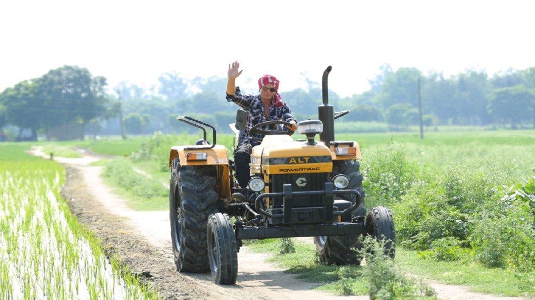 शाहरुख खान ने पंजाब के खेतों में चलाया ट्रैक्टर!