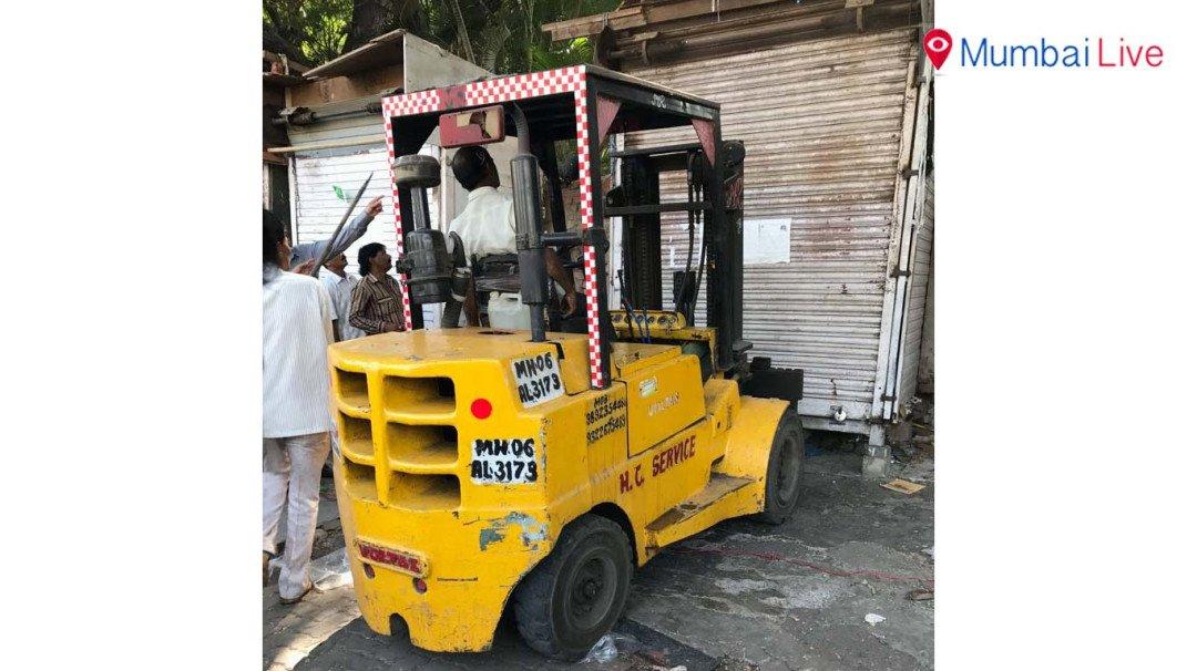 BMC clears illegal hawkers outside Ravsaheb Patwardhan Garden in Bandra