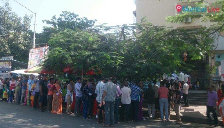 बैंको के सामने लोगों की लगी भीड़