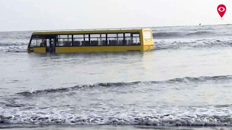 मालाडच्या समुद्रात बस अडकली