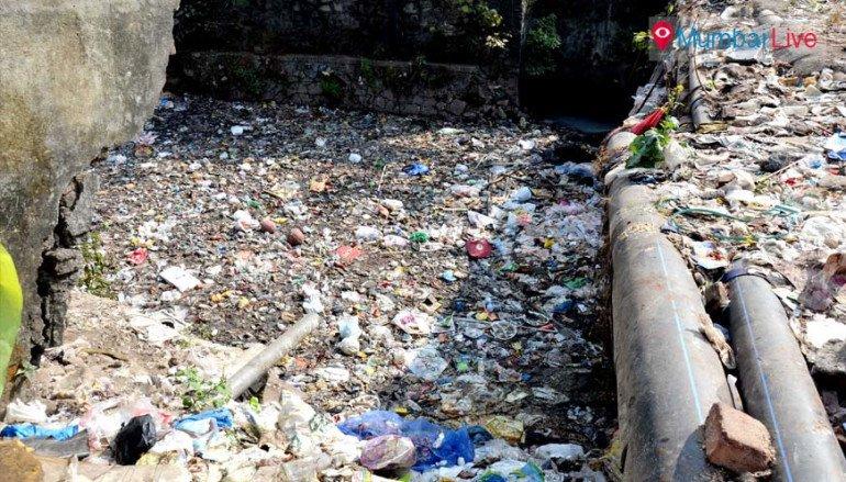 नाला कचऱ्यानं भरल्यामुळे परिसरात दुर्गंधी