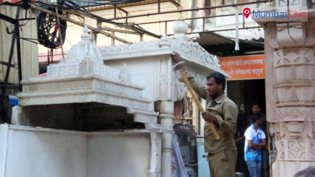 चीरा बाजार में अवैध बांधकाम पर चला मनपा का हथौड़ा
