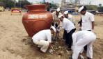 डब्बावालों का गिरगांव चौपाटी पर स्वच्छता अभियान ।