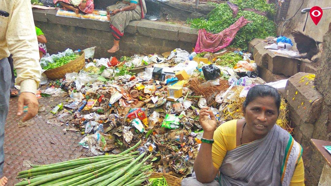 दादरमध्ये कचऱ्याच्या दुर्गंधीने प्रवासी त्रस्त