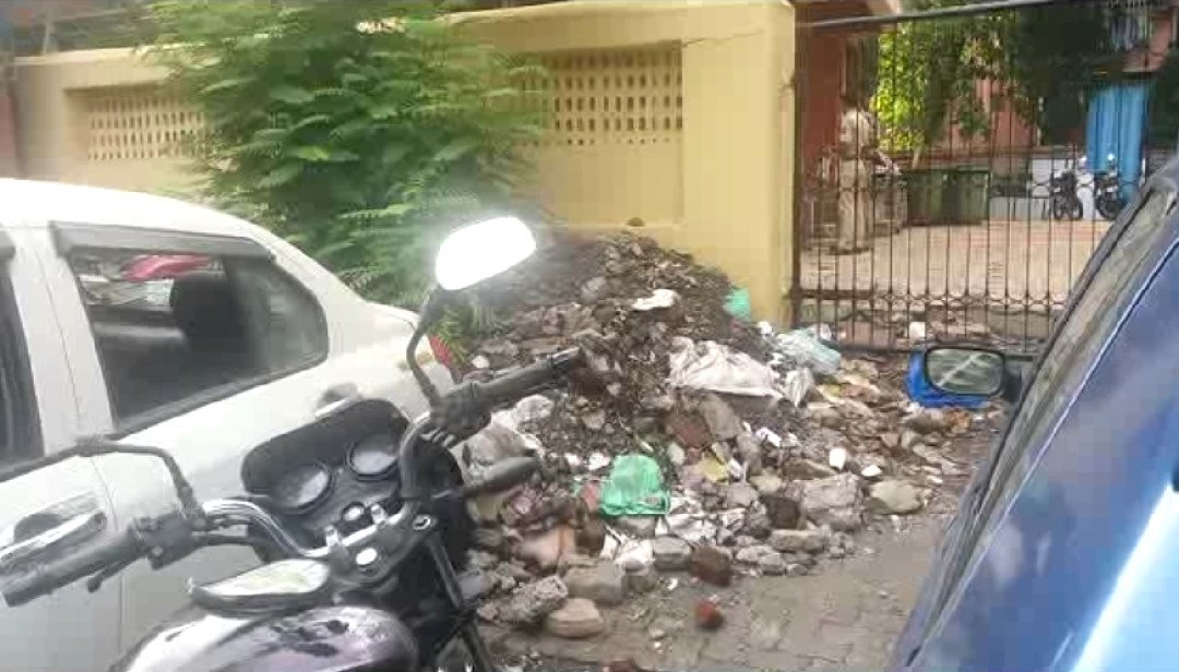 Heap of waste near Dahisar Police station