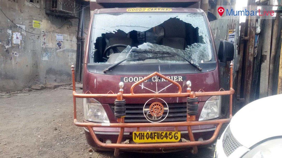 धारावी में गाड़ियों की तोड़फोड़