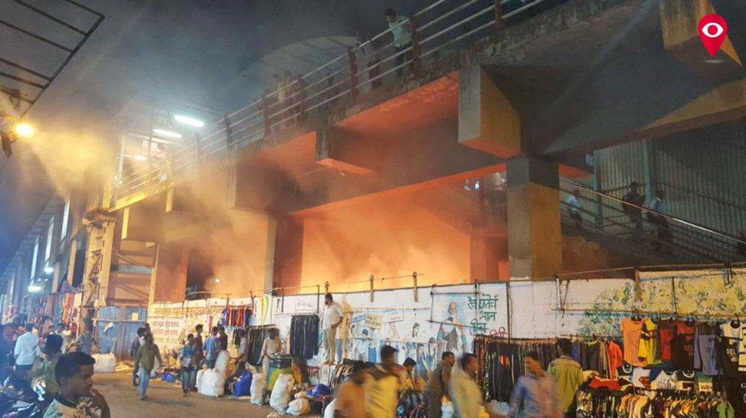 डोंबिवली रेलवे स्टेशन पुल के नीचे लगी आग