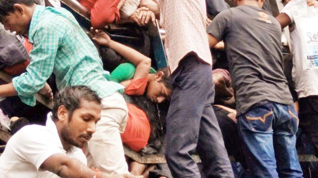Related image  सिर्फ़ 'मूर्ख' नेता ही 23 लोगों को शहीद करके सुपरसोनिक रफ़्तार से फ़ैसले लेते हैं! Elphistone Road Short Circuit3 1506684725334