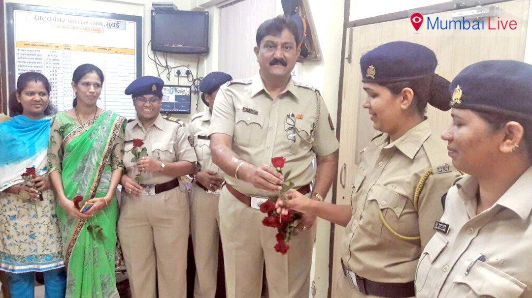 गुलाब का फूल देकर मनाया गया महिला दिवस