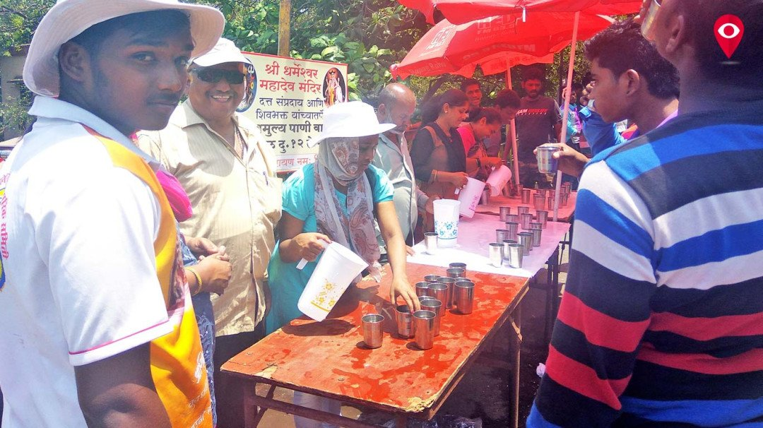 Mumbaikars offer cold water to commuters for free