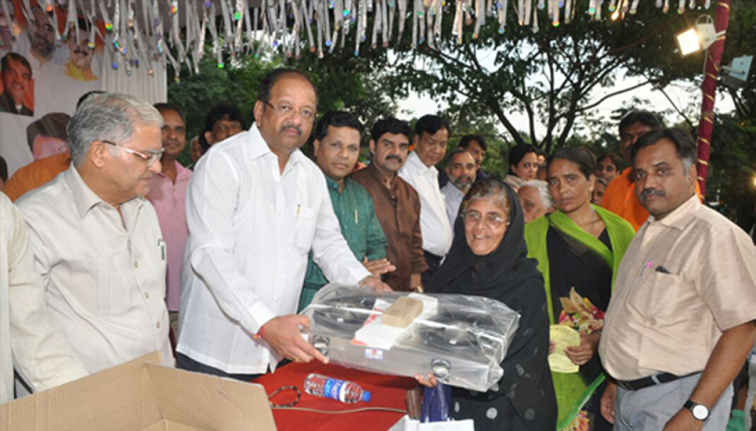 MP Gopal Shetty distributes Gas Stoves