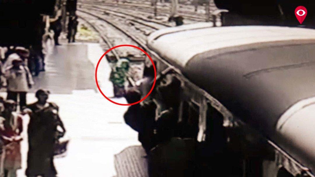 लोकल ट्रेन के नीचे कुदी महिला