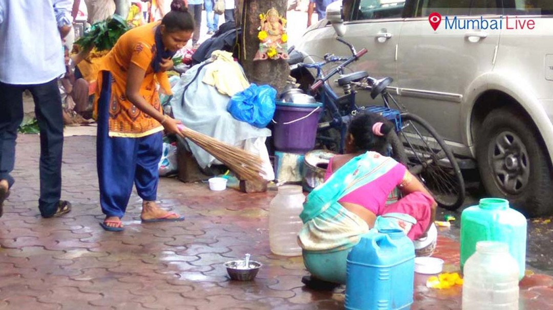 Illegal hawkers on Sikka Nagar footpath irk residents