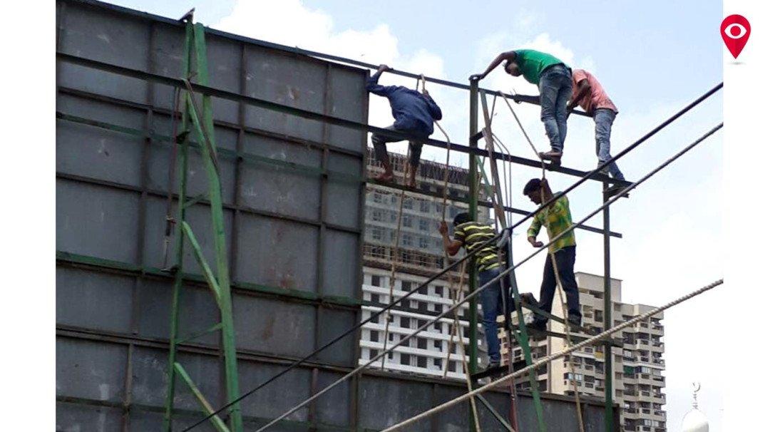 इमारतीवरील होर्डिंगआड जरीचा कारखाना, महापालिकेची कारवाई