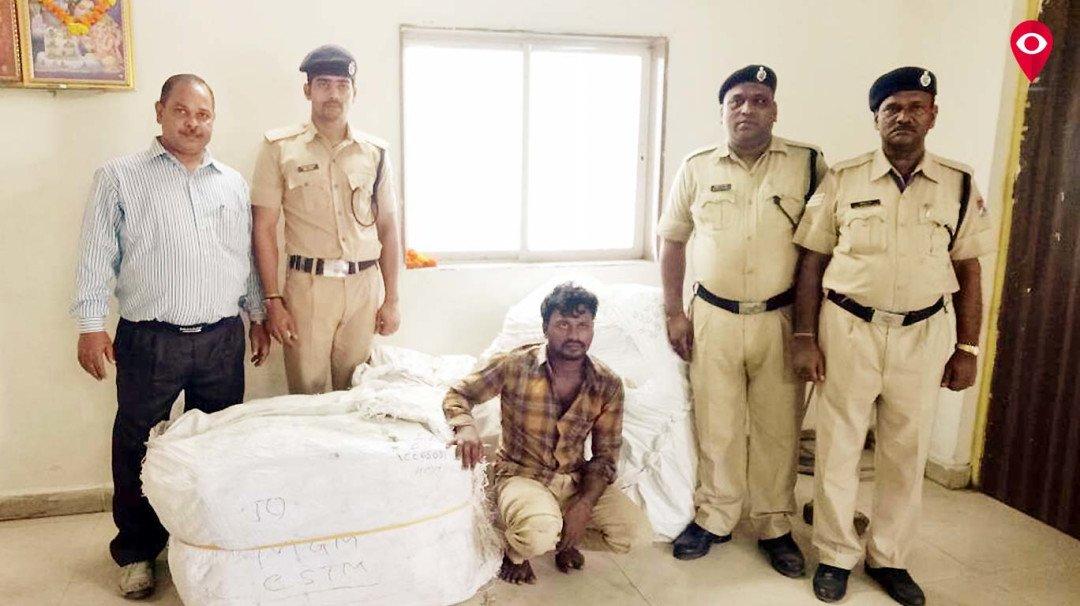 'जम्बो' कुली बन गया चोर, अब हुआ गिरफ्तार