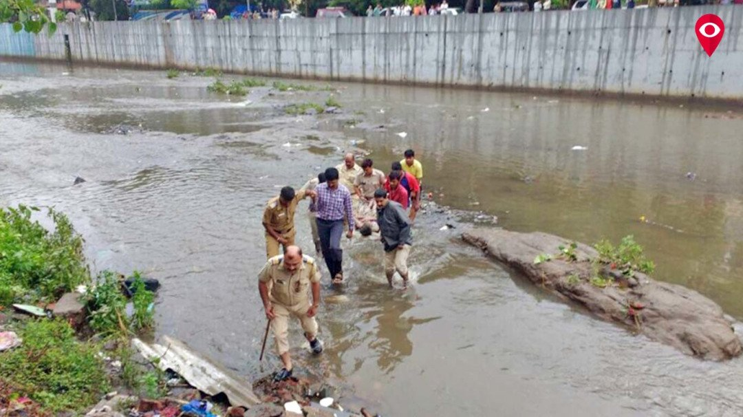 Mumbai police save rat catcher from drowning