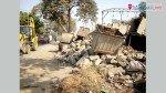 फुटपाथ पर टूटी कचरा कुंडी और झोपड़े