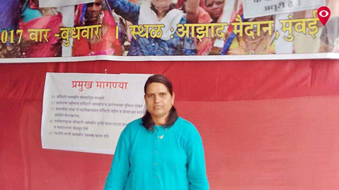 लातूर की महिला मुंबई में कर रही सॅनिटरी नॅपकीन पर जीएसटी का विरोध