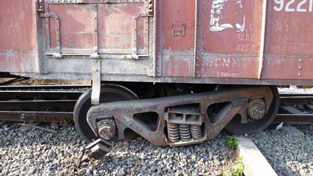 पटरी पर से उतरी मालगाड़ी, मध्य रेलवे हुई हलकान