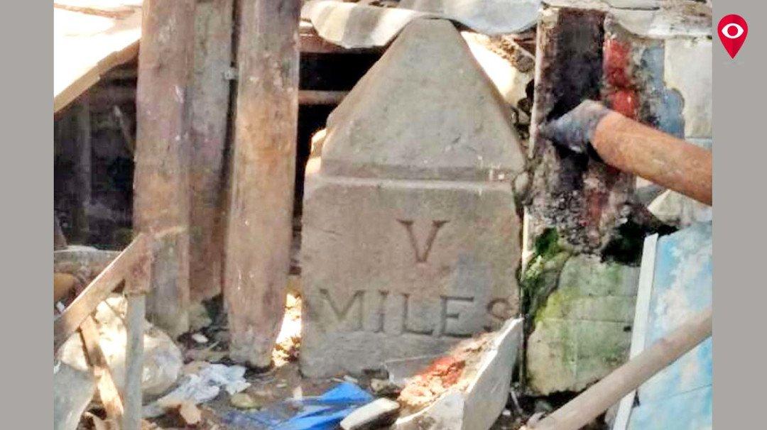 अतिक्रमण हटवताना सापडला ब्रिटीशकालीन दगड