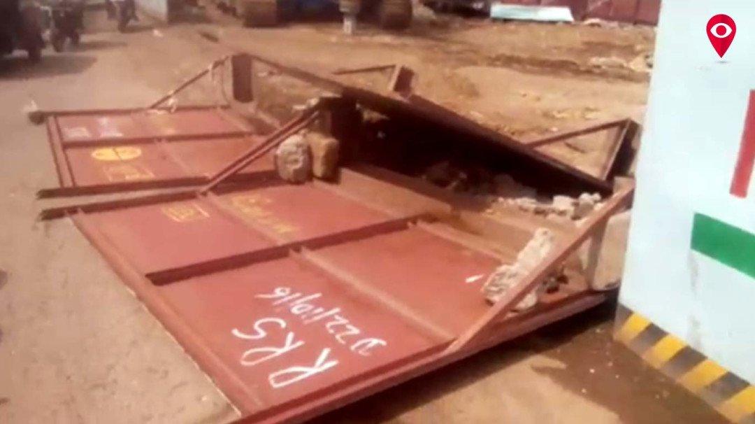 मेट्रो-7 के कर्मचारियों की लापरवाही से जख्मी हुआ एक स्कूटर सवार