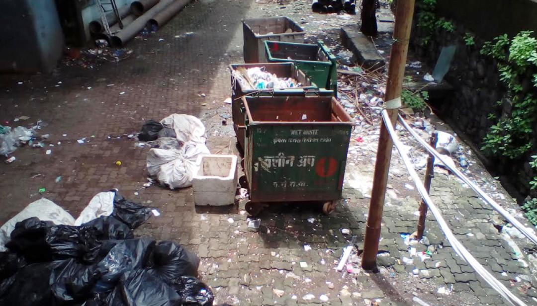 मुलुंड पुर्व में लगा कचरों का अंबार I